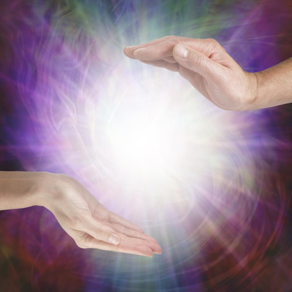 Hände mit Lichtball lila